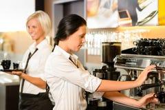 做咖啡煮浓咖啡器的咖啡馆的人员 免版税库存图片
