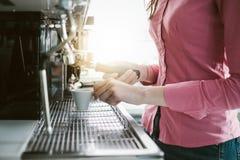 做咖啡的女服务员 免版税图库摄影
