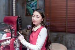 做咖啡的美丽的亚裔妇女 库存图片