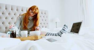 做咖啡的美丽的妇女在床4k 股票视频