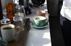 做咖啡的起始的商人在办公室断裂时间 免版税图库摄影