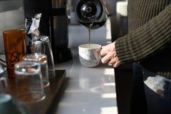 做咖啡的起始的商人在办公室断裂时间 免版税库存图片