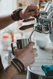 做咖啡的Barista咖啡馆 库存照片
