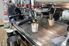 做咖啡的Barista在咖啡机器在Gastrofood -食物的承办宴席的商品交易会和饮料在克拉科夫 波兰 库存照片