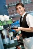 做咖啡的Barista 免版税库存图片