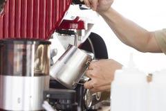 做咖啡的Barista 免版税库存照片