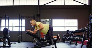 做哑铃行锻炼4k的资深妇女 影视素材