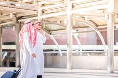 做商务旅行和步行的阿拉伯中东商人在机场,当运载行李时 免版税库存照片