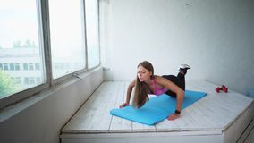 做困难的俯卧撑的年轻健身妇女 在健身房的场面 股票录像