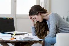 做国内会计文书工作票据和发货票的担心的妇女痛苦重音 免版税库存照片