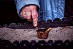做土耳其咖啡仪式在Zheravna村庄,保加利亚的沙子 免版税库存照片