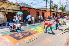 做圣洁星期四洗染了锯木屑队伍地毯,安提瓜岛,顾 免版税图库摄影