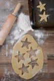 做圣诞节形状的糖屑曲奇饼 免版税库存照片