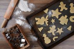 做圣诞节形状的糖屑曲奇饼 免版税库存图片