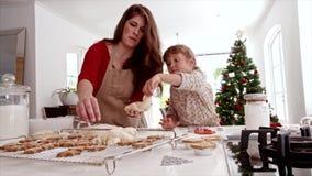做圣诞节曲奇饼的母亲和女儿 股票视频