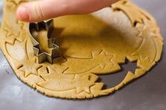 做圣诞节曲奇饼 担任主角形状 图库摄影