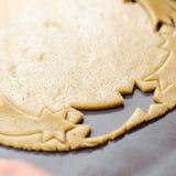 做圣诞节曲奇饼 担任主角形状 库存照片
