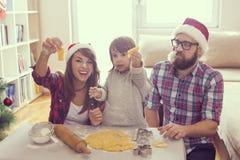 做圣诞节曲奇饼 免版税库存图片