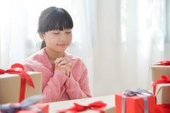 做圣诞节的亚裔女孩一个愿望 免版税库存图片