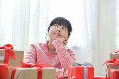 做圣诞节的亚裔女孩一个愿望 库存照片