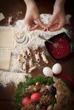 做圣诞节的手糖果商曲奇饼 免版税库存照片