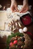 做圣诞节的手糖果商曲奇饼 图库摄影