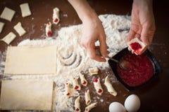 做圣诞节的手糖果商曲奇饼 免版税库存图片