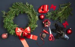 做圣诞节花圈的卖花人手 免版税库存图片