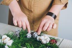做圣诞节花圈的卖花人装饰员 库存图片