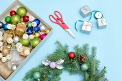 做圣诞节花圈 云杉的分支,装饰品,剪刀 B 免版税库存图片