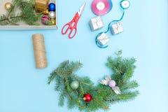 做圣诞节花圈 云杉的分支,装饰品,剪刀 B 库存图片