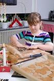 做圣诞节蛋糕的女孩 图库摄影
