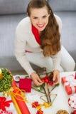 做圣诞节装饰的微笑的少妇 免版税库存照片