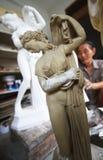 做圣诞节雕象的一个人 免版税库存图片