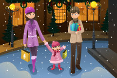 做圣诞节购物的家庭 免版税库存照片