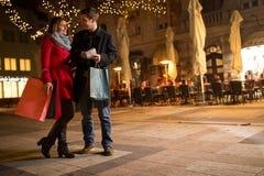 做圣诞节购物的快乐的青年人 免版税图库摄影