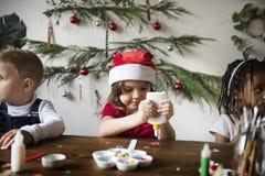 做圣诞节DIY项目的孩子 图库摄影
