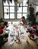 做圣诞节DIY项目的孩子 免版税库存图片