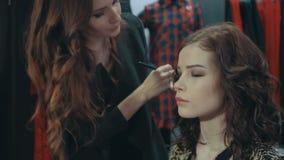 做在一个模型的少妇构成在妇女` s衣物精品店  影视素材