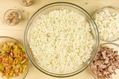 做在一个透明碗的简单的米沙拉在木头 免版税库存图片