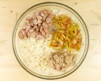 做在一个透明碗的简单的米沙拉在木头 免版税库存照片