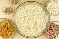 做在一个透明碗的简单的米沙拉在木头 库存图片