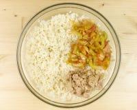 做在一个透明碗的简单的米沙拉 免版税库存照片