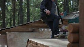 做在一个滑板的人一个把戏在舷梯 股票录像