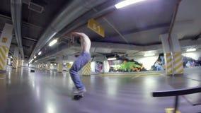 做在一个滑板的人特技在停车场 股票录像