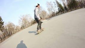 做在一个滑板的年轻人特技在线冰鞋公园 影视素材
