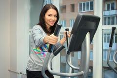 做在一位省略教练员的妇女锻炼 库存照片