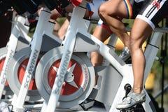 做在一辆自行车的人们锻炼在Izvor公园 库存照片