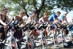 做在一辆自行车的人们锻炼在Izvor公园 免版税库存照片