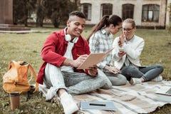 做在习字簿的快乐的国际男性笔记 库存照片